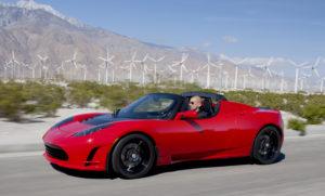 Tesla Roadster andando na estrada.