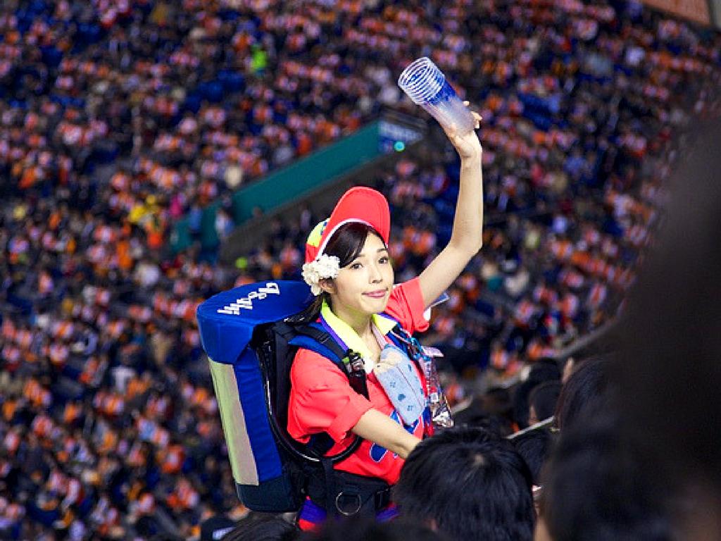 Japonesa vendedora de água num estádio
